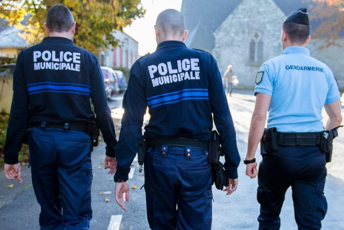 Trois officiers municipaux de dos