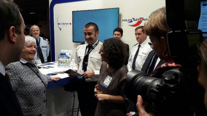 Muriel domenach au stand de la gendarmerie natioanle au salon des maires 2017